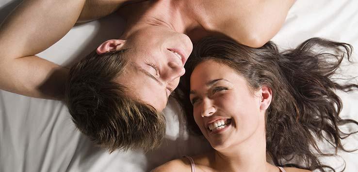 couple heureux lit